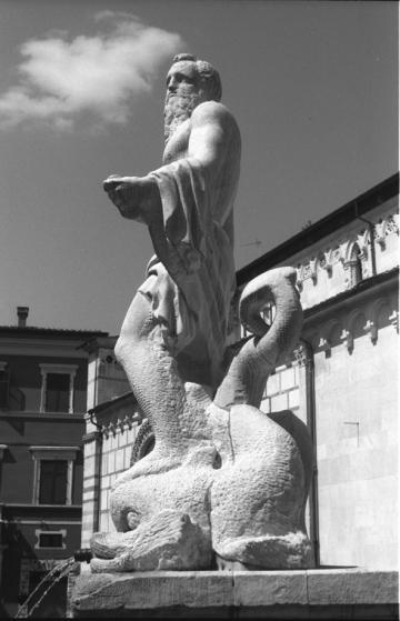 Carrara  - Piazza del Duomo - Fontana del Gigante di Bandinelli secolo XVI