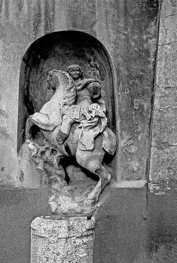 Carrara-Via Carriona - Il Cavallo del console Curzio Marco