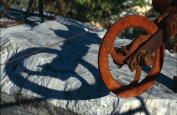 Le Cave di Marmo -Puleggia, strumento da cava